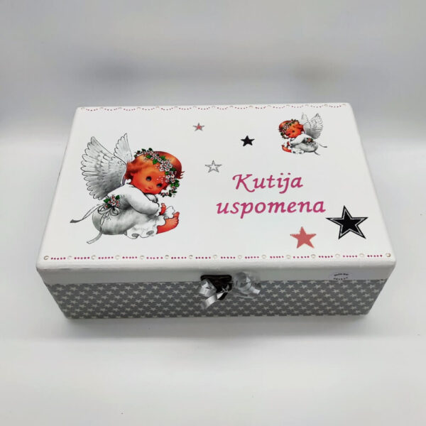 Personalizirana Kutija uspomena poklon je za krštenja. rođenja djeteta. Kutija je ručni rad, nosi rukom pisan citat baš za osobu kojoj darujete