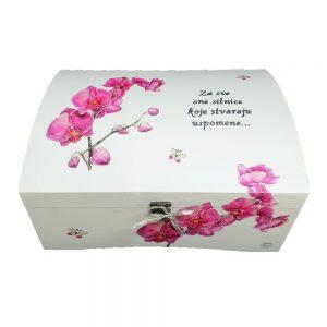 Personalizirana Kutija uspomena poklon je za vjenčanje, godišnjice. rođendane. Kutija je ručni rad, nosi rukom pisan i pomno odabran citat.
