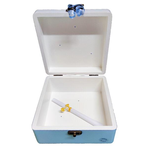 Personalizirana Kutija uspomena poklon je za sv. Krizmu/Potvrdu. Kutija je ručni rad, nosi rukom pisan i pomno odabran citat baš za osobu kojoj darujete