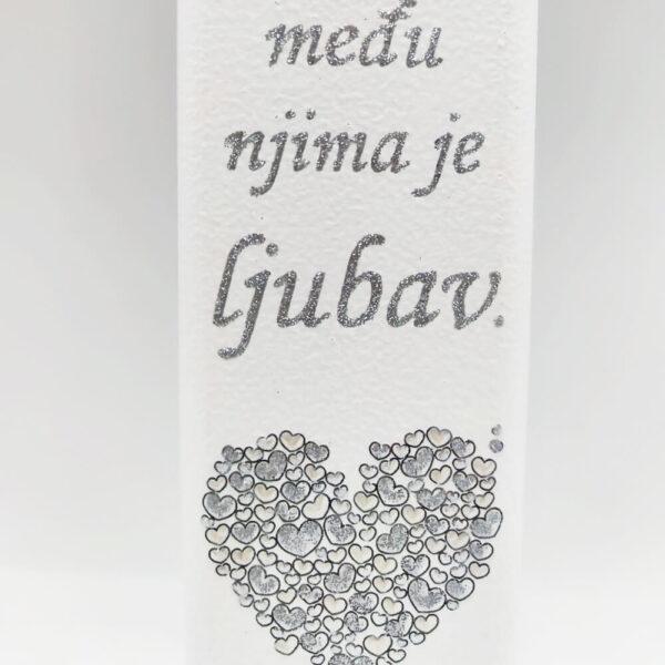 Križ je unikat. ne samo zato što je ručni rad, već i zato što nosi rukom pisan i pomno odabran citat. Križ je izrađen od kvalitetnog mdf-a