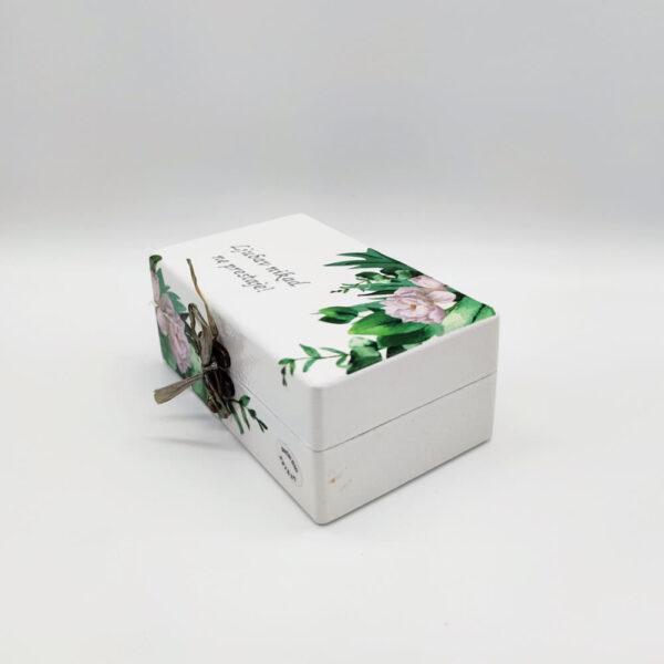 Personalizirana kutija za prstenje lijepi je poklon za vjenčanje. Kutija je ručni rad, nosi rukom pisan i pomno odabran citat.