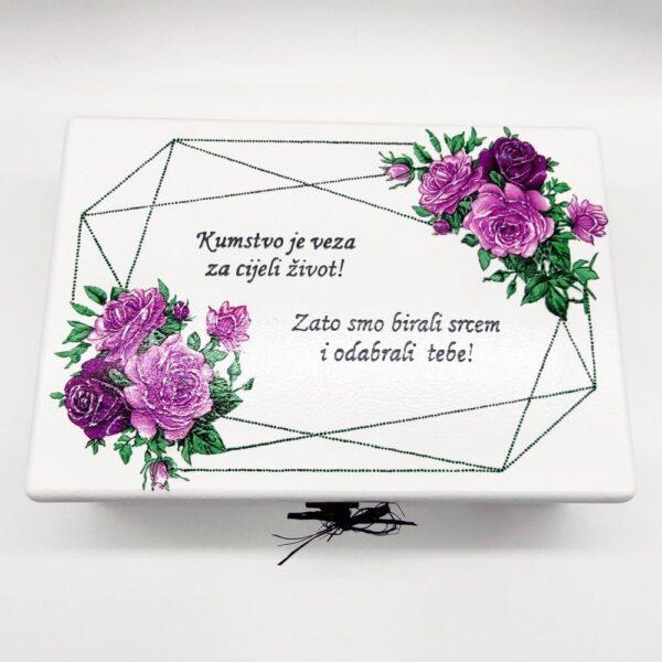 Kutija uspomena je unikat ne samo zato što je ručni rad, već i zato što nosi rukom pisan i pomno odabran citat baš za osobu kojoj darujete!