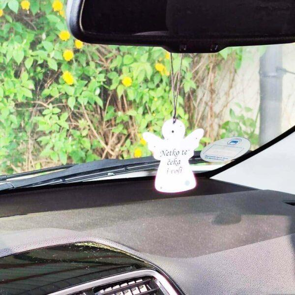 Privjesak za auto krasi pomno odabran citat, a može se dodatno personalizirati podacima o budućem vlasniku.