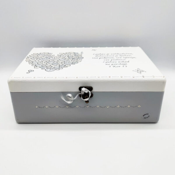 Personalizirana Kutija uspomena poklon je za vjenčanje, godišnjicu. Kutija je ručni rad, nosi rukom pisan i pomno odabran citat baš za osobu kojoj darujete