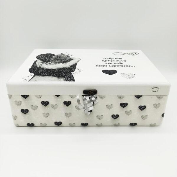 Personalizirana Kutija uspomena poklon je za vjenčanje. Kutija je ručni rad, nosi rukom pisan i pomno odabran citat baš za osobu kojoj darujete