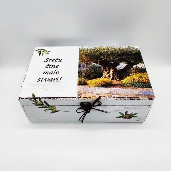 Personalizirana Kutija uspomena poklon je za sve prigode. Kutija je ručni rad, nosi rukom pisan i pomno odabran citat.