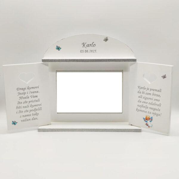 Okvir je unikat ne samo zato što je ručni rad, već i zato što nosi rukom pisan i pomno odabran citat.
