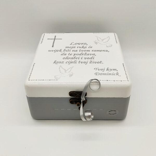 Personalizirana Kutija uspomena poklon je za krizmu, sv. pričest. Kutija je ručni rad, nosi rukom pisan citat baš za osobu kojoj darujete