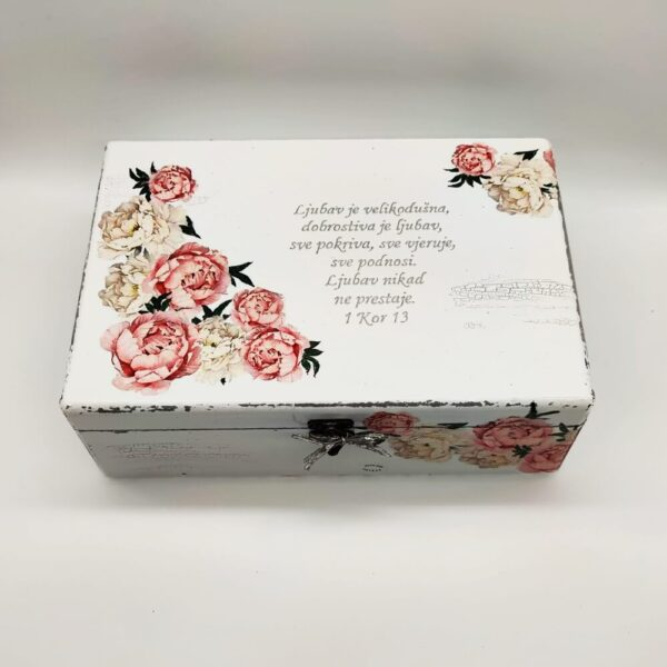 Personalizirana kutija je poklon za sve prigode. Kutija je ručni rad, nosi rukom pisan i pomno odabran citat baš za osobu kojoj darujete