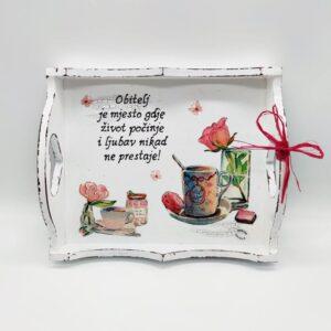 Poslužavnik je unikat ne samo zato što je ručni rad, već i zato što nosi rukom pisan i pomno odabran citat.