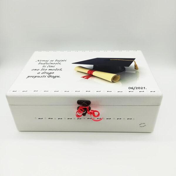 Kutije uspomena su izrađene od kvalitetnog mdf-a u radionici domaćeg majstora, ukrašene decoupage tehnikom, bojane i lakirane akrilnim bojama.