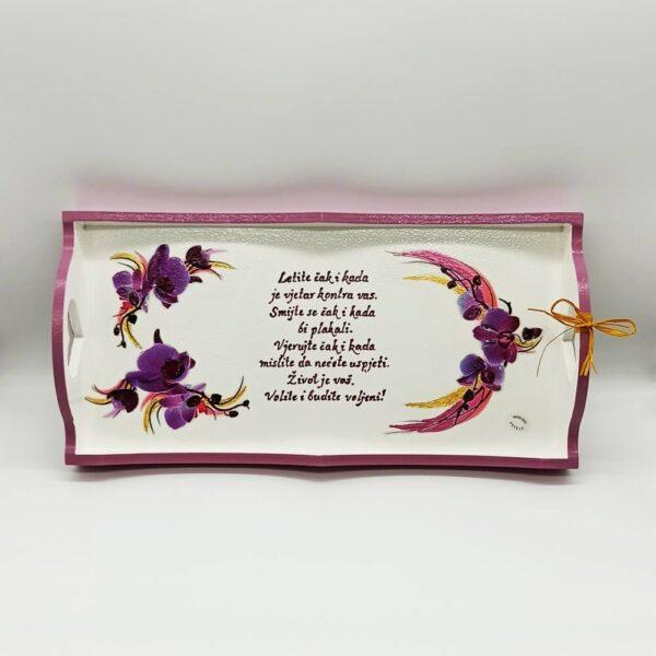 Poslužavnik je unikat ne samo zato što je ručni rad, već i zato što nosi rukom pisan i pomno odabran citat baš za osobu kojoj darujete!