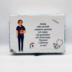 Personalizirana Kutija uspomena poklon je za sve prigode. Kutija je ručni rad, nosi rukom pisan i odabran citat baš za osobu kojoj darujete.