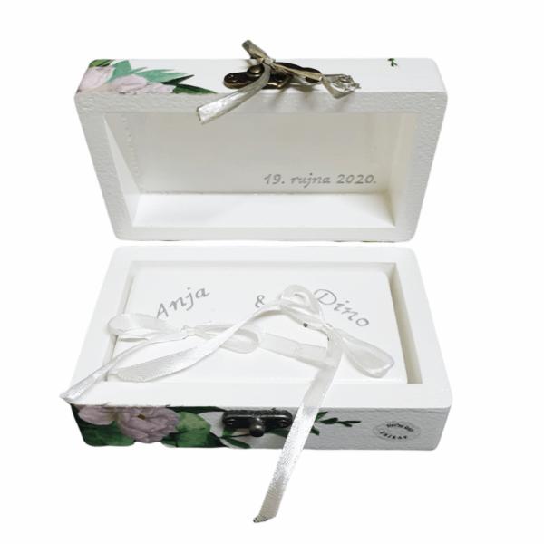 Kutiju za prstenje krasi pomno odabran citat, a može se dodatno personalizirati podacima o budućim vlasnicima