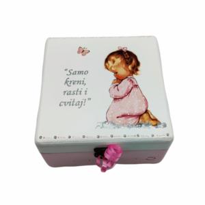 Personalizirana Kutija uspomena poklon je za sve prigode. Kutija je ručni rad, nosi rukom pisan i pomno odabran citat baš za osobu kojoj darujete