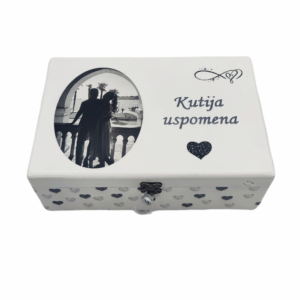 Personalizirana Kutija uspomena poklon je za vjenčanje, godišnjicu braka. Kutija je ručni rad, nosi rukom pisan citat baš za osobu kojoj darujete