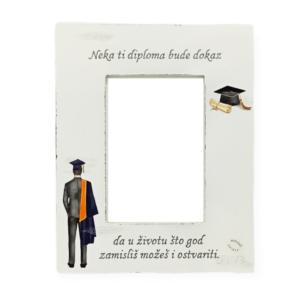 Personalizirani okvir za fotografije savršena je uspomena na dan diplomiranja.